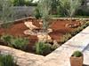 Udržovaná zahradu u domu