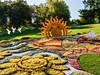 Každoročně je v zahradách k vidění velké množství květinových soch
