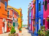Zajímavostí je, že pokud některý z majitelů chce barvu domu změnit musí požádat o schválení dané barvy